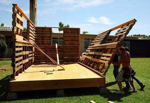 Construa sua própria casa com paletes.