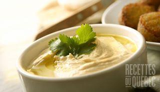 Le hummus maison—La recette traditionnelle de l'hummus est composée de pois chiches et de beurre de sésame (tahini). Réduite en purée, cette préparation riche en fibres et en « bons » gras mono-insaturés est utilisée comme trempette pour légumes et croustilles, comme sauce, ou encore comme condiment dans les sandwichs.
