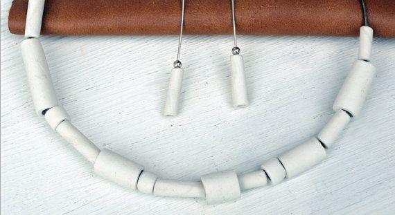 Questa combinazione di collana e orecchini è realizzata in porcellana, interamente a mano. Girocollo e monachelle sono in argento lavorato a mano. Collana e orecchini in porcellana, molto leggeri, di colore bianco. L´insieme viene consegnato in un porta gioielli di pelle. Gli orecchini e la collana si vendono anche separatamente. Inoltre è possibile richiedere altri colori. Non esitare a scrivermi! Made in Italy Handmade Porcelain Necklace Porcelain Jewelry ATTENTION! IF YOU ARE FROM UNI...