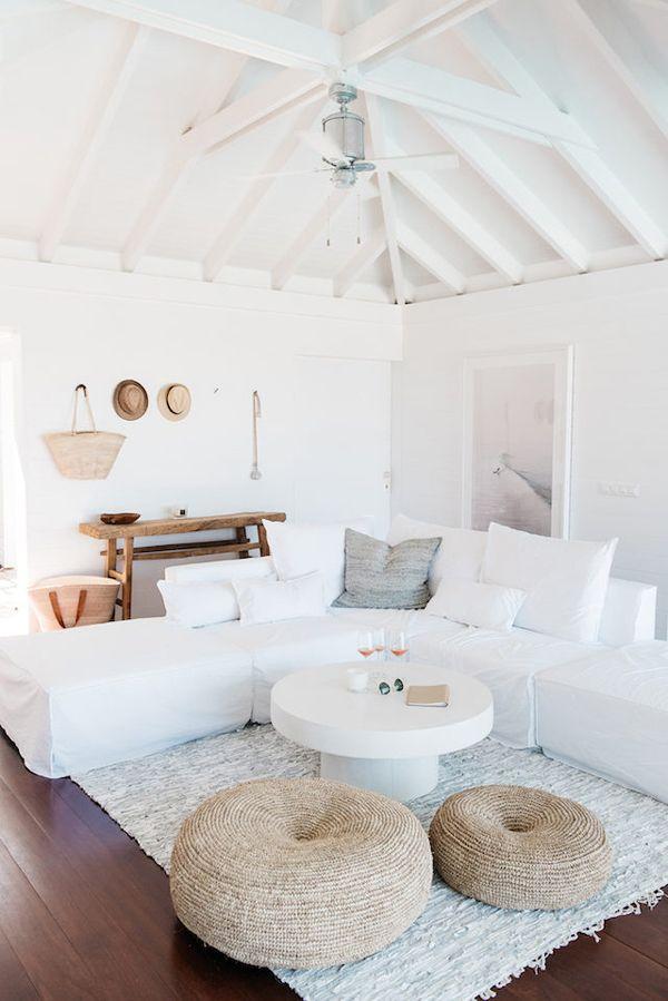 blanco y madera salón