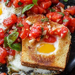 Jajka zapiekane w tostach z pomidorami | Kwestia Smaku