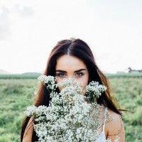 Картинка с девушкой с длинными волосами в поле с цветами #картинки#фото#девушка#поле#цветы#прогулка#длинныеволосы