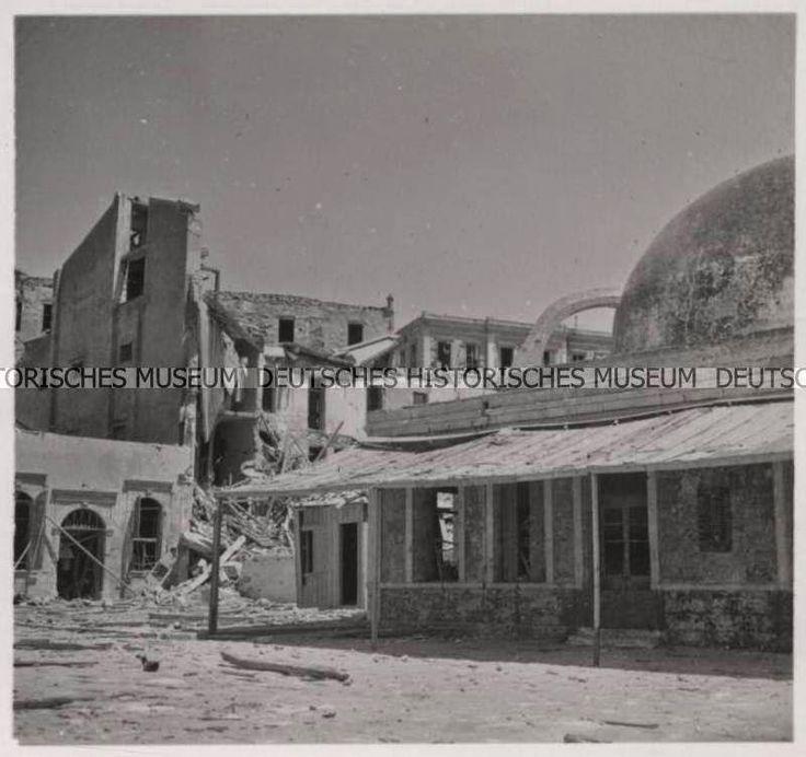 Μετά τον βομβαρδισμό του λιμανιού, η περιοχή πίσω από το τζαμί.