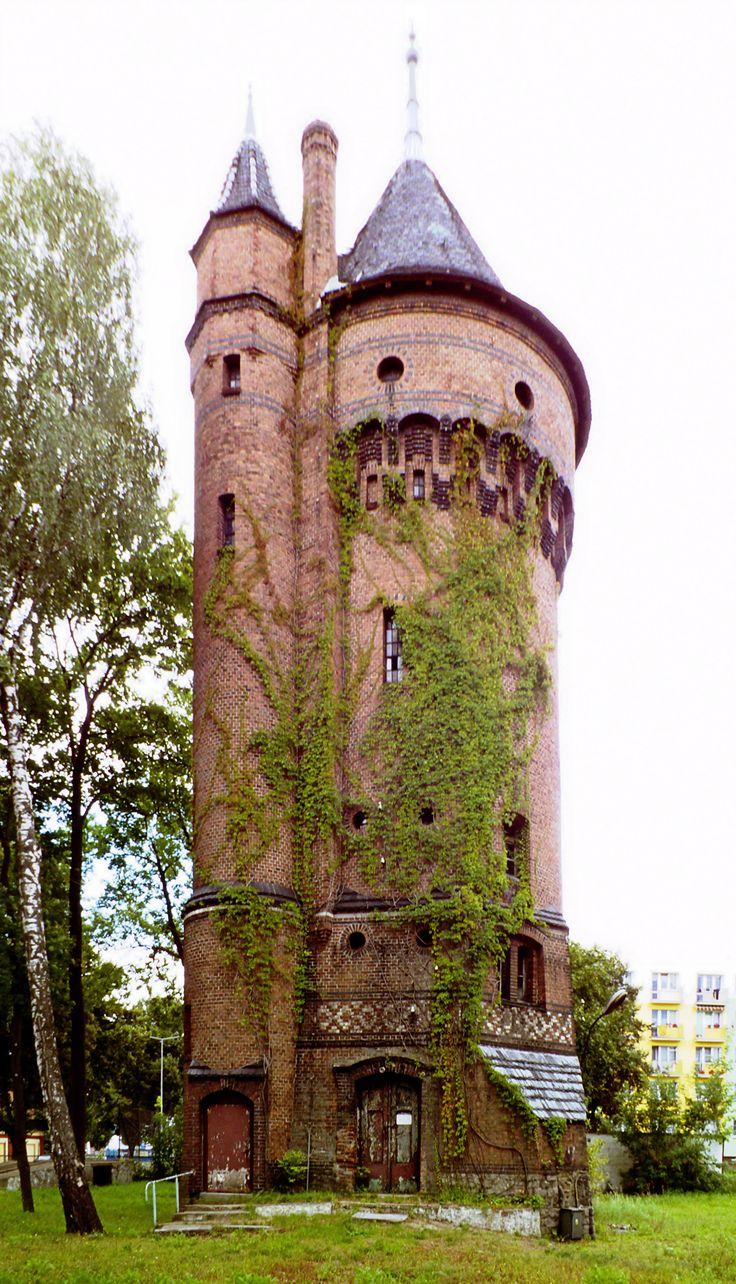 Wieża ciśnień we Wronkach wchodzi w skład kompleksu wronieckiego więzienia. Wybudowana została w roku 1893 jednocześnie z zakładem karnym.