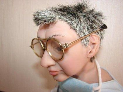 Авторская Кукла портретная Врач Стоматолог. Портретная кукла, выполнена по фотографиям.   На фото представлена работа 'Стоматологический гений', заказанная на юбилей врача. Кукла одета в рабочий костюм, шапочку врача, марлевую повязку, очки; сидит на коренном…