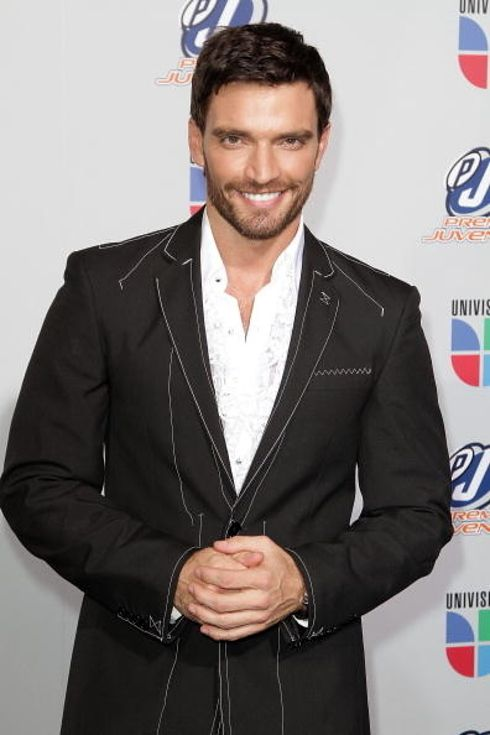 22 Latino Actors That Should Be Taking Over Hollywood Julian Gil - He is from Argentina. He works in Puerto Rico and Argentina. Credits: Telenovelas He is know as the world's  most successful individual with live on the air time.  In October 2004, he went on the air for 30 hours straight. Also, he previously was a model.