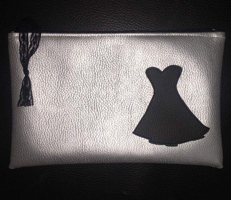 Bonjour, Une petite robe noire en appliqué sur une trousse en simili cuir... sympa come idée cadeau non? Voici le tuto et le gabarit de mon appliqué. Pour réaliser la trousse vous trouverez différents tutos dans les articles plus ancien de ce blog. A...