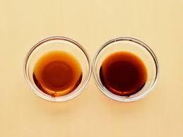 薄口醤油と濃口醤油の使い分けは?  ◆薄口醤油は、  基本的に食材の色彩を生かしつつ、しっかり味付けが出来るように  野菜や、炊き込みご飯、お吸い物、煮込み料理や卵焼きの隠し味に  使う様にしています。    濃口醤油は、  素材の甘みを引き出すようにする使い方を目指しているので  魚介の煮込み料理、五目煮などはメインで使って  根菜のキンピラのでは、甘み付に薄口醤油と半々にして使う事が多いです。
