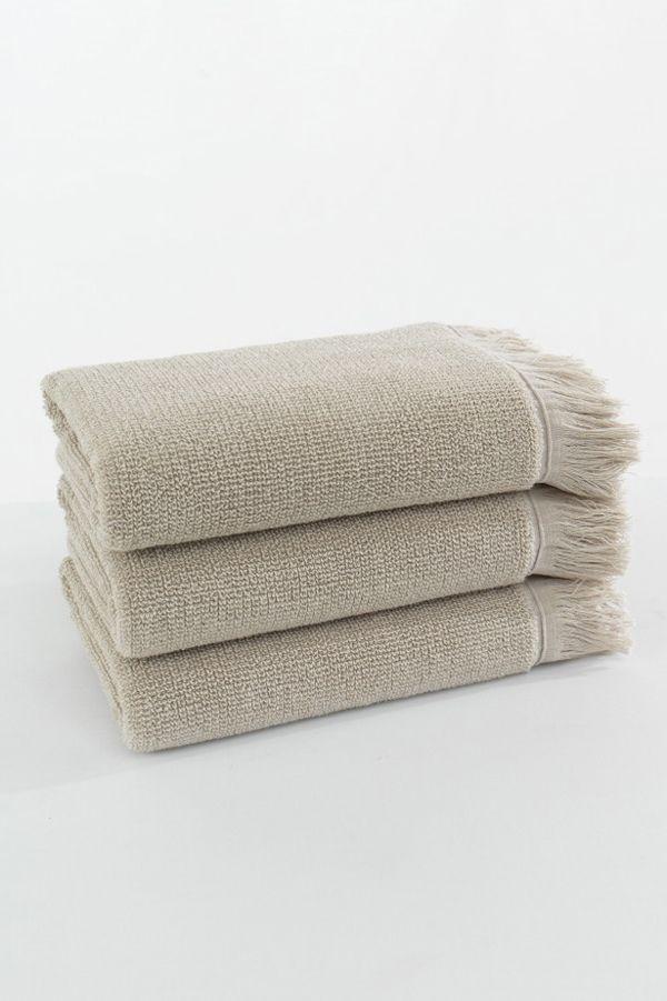 Potřebujete osušku či ručník z vysoce kvalitního materiálu? Přímo takovou pro Vás máme ! K dostání je ve světle béžové barvě.