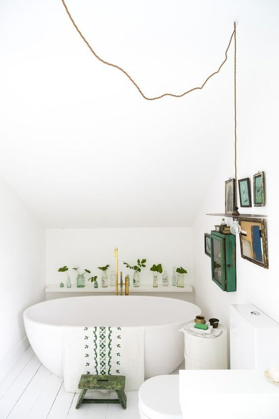 Kleines Bad mit frei stehender Badewanne und vintage Deko in grün