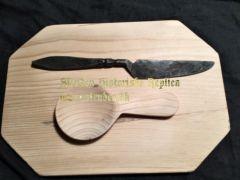 Spisebrædt med ske og kniv, lavet efter et fund fra Trondheim.  Mål: 18 x26 cm