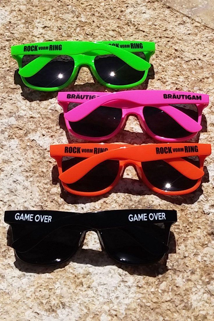 Unsere Fun-Sonnenbrillen runden jedes Männer-JGA-Outfit ab – sowohl das des Bräutigams als auch die von dessen Kumpels. Entdeckt bei uns verschiedene JGA-Brillen für den Männer-Junggesellenabschied. #jga #männerjga #junggesellenabschied #trauzeuge #bräutigam #jgaideen