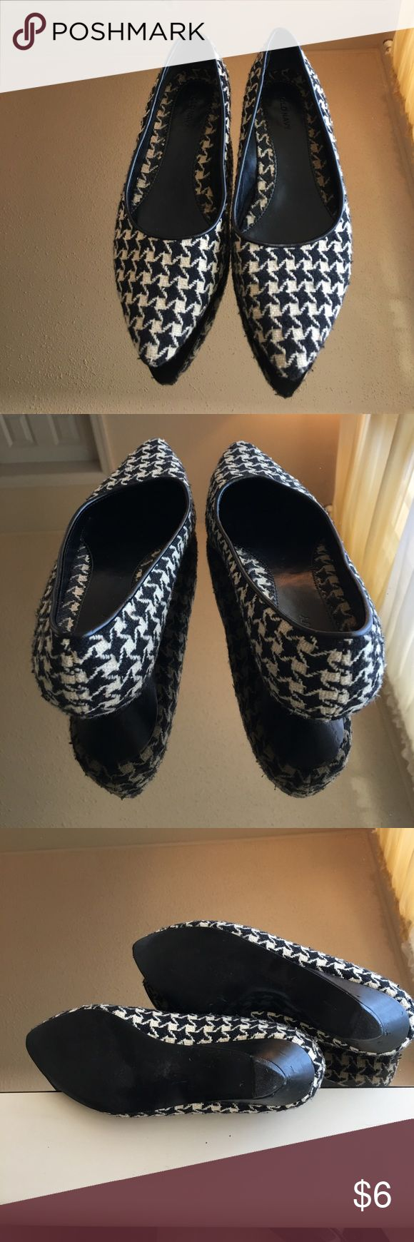 POINTY TOE HOUNDSTOOTH IVORY & BLACK WOOL FLATS 8M OLD NAVY BRAND. REPOSH. I LOVE THE SHOES AND THEY FIT LIKE AN 8 BUT I HAVE LONG TOES. HEEL TAP IS A LITTLE WORN. Match the coat perfectly Old Navy Shoes Flats & Loafers