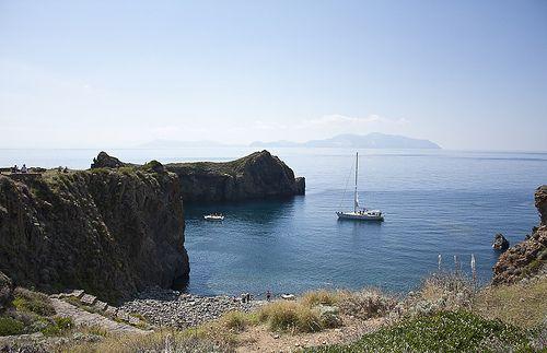 Cala Junco, Panarea - #eolietour13 #calajunco #panarea #eolie #sicilia #italia http://www.imperatoreblog.it/2013/09/06/eolie-blog-tour-2013/