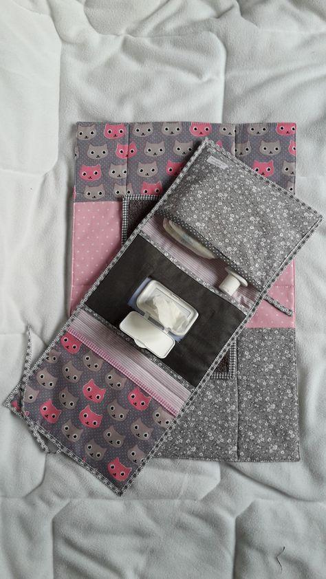Cadeau de naissance original pochette à couches et lingettes et son matelas nomade