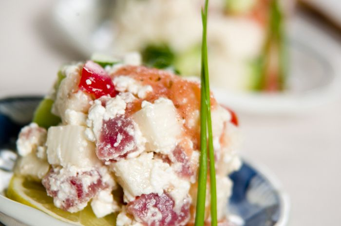 長芋とマグロをサイコロ状にカットして、カッテージチーズをつなぎにしたヘルシーなタルタル。めんたいソースがピリッとしたアクセントとコクをプラスしてお料理を惹き立てます。色合いもとっても華やかな前菜です。