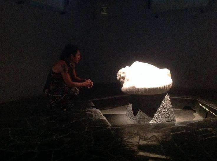 El caracol de mar es uno de los simbolos de la luna.se asocia con la fertilidad del agua,la gestacion y el nacimento, y por su forma asemeja a los organos sexuales femeninos,es simbolo de vida y atributo de Quetzalcoatl. El soplo de Vida. el primer aliento al nacer.