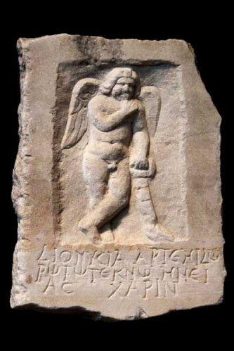 stèle funéraire, Eros et torche renversée        Éros, le dieu de l'amour, est aussi, bien souvent, lié à la mort. Car si les poètes alexandrins, à l'époque hellénistique et dans les siècles qui ont suivi (les bas-reliefs ci-dessus sont respectivement de 175-200 après Jésus-Christ, et du deuxième ou du troisième siècle),