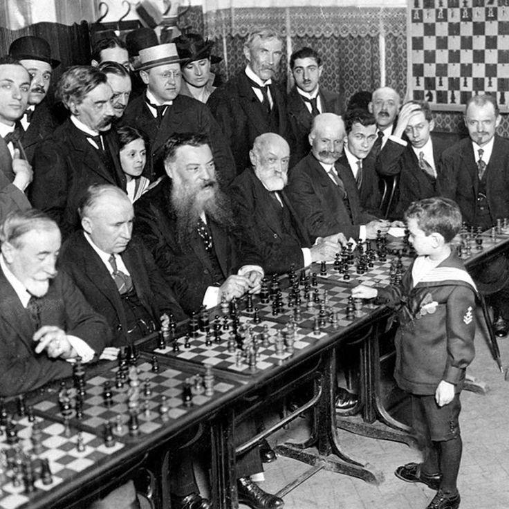 Francia, 1920: el prodigio del ajedrez polaco de ocho años de edad Samuel Reshevsky jugando, y venciendo, a varios consumados ajedrecistas en una exhibición simultánea. #exhibición #jugadores #1920 #samuelreshevsky #prodigiodelajedrez #francia #polaco http://www.pandabuzz.com/es/imagen-historica-del-dia/francia-1920