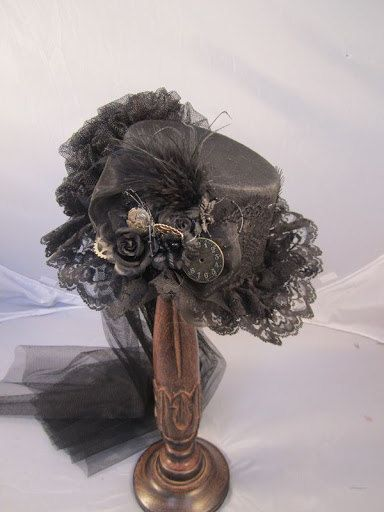 Neue Steampunk schwarz Top Hut mit Uhrenbestandteile Reiten. Schwarzen Filzhut Top mit Schleife Seite, Schwarze Rosen, Uhrenbestandteile, Strauß, schwarzer Spitze gehen um die Krone versammelt, Spitze über den Rand und um es abschließend noch eine Hektik und trainieren auf der Rückseite.  Alle meine Steampunk-Hüte sind mit echten Uhr aus und Teile, aus jeder Hut ein einzigartiges Kunstwerk zu sehen. Jeder Hut wird von Hand gemacht, nachdem Sie Ihren Einkauf und können leicht abweichen. Aber…