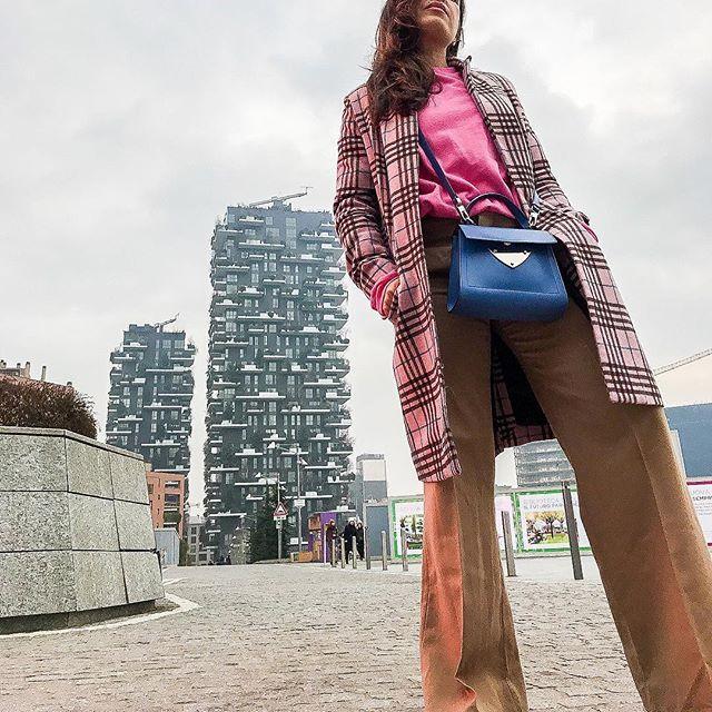 Back to the origins. Fashion & architecture again in my world . . . #ootd #urbanlook #contemporarylook #streetphotography #strikeapose #fashionista #lifestylegram #lifestyleblogger #indipendentmagazine #me #mylifestyle #vscoitaly #archigram
