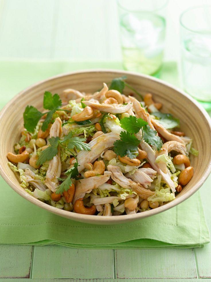 Salat mit Hähnchen, Kichererbsen und Cashewkernen | Zeit: 35 Min. | http://eatsmarter.de/rezepte/salat-mit-haehnchen-kichererbsen-und-cashewkernen