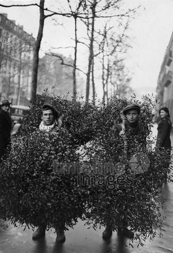 Verkauf von Mistelzweigen in der Vorweihnachtszeit in London, 1937, ullstein bild - ullstein bild/Timeline Images #30er #30ies #London #Mistelzweige #Verkaufen #Straßenverkauf #Männer #Brauchtum #Weihnachten #Weihnachtszeit #christmas #historisch #historical #schwarzweiß