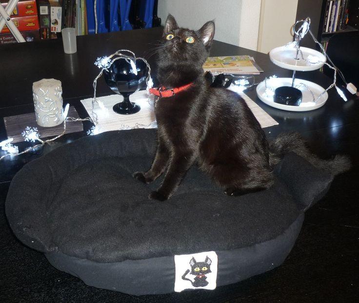 Panier pour les chats, avec broderie au point de croix