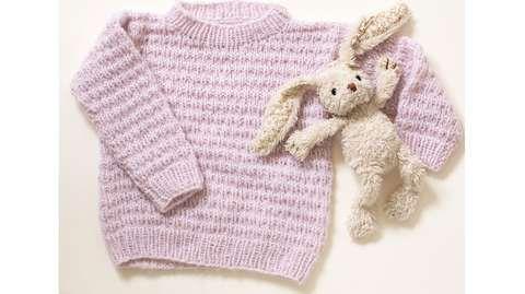 SUKKERTOPP: Rosa er en favoritt for mange småjenter. Her får du oppskrift på genser.