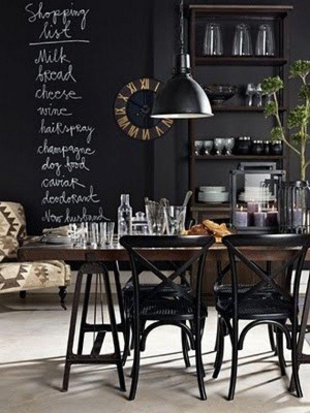 Eetkamer met zwarte wanden voor een intiem gevoel.