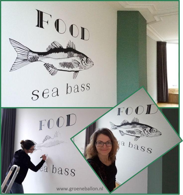 Vis met tekst | Food Sea Bass | muurschildering | woonkamer | restaurant | www.groeneballon.nl | Den Haag