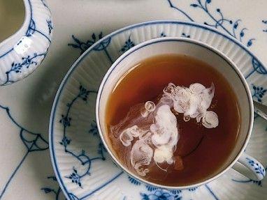 Tee auf Englische Art - Schwarztee mit Milch. Hier steigt die Milch gerade in Wolken auf. Exquisite Teesorten für Deinen Genuss findest Du online in unserem Shop: https://gegessenwirdimmer.de/produkt-kategorie/confiserie-tee-und-kaffee/#tee-confiserie-tee-und-kaffee