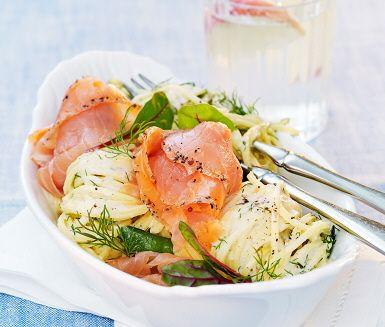 Ett gott, lättlagat och tilltalande pastarecept, med både fisk och grönt, som passar perfekt till vardags! Med ingredienser som färsk taglioni, salladsärter, crème fraiche (senap/vitt vin/schalottenlök), najadlax, dill och mangoldskott är det svårt att misslyckas och på mindre än 15 minuter har du middagen färdig!