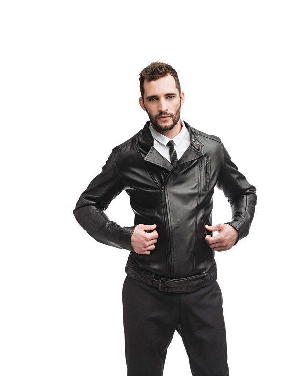 Com zíper frontal reto, gola menor e linhas mais clean que a perfecto, a biker é inspirada nas jaquetas dos motociclistas dos anos 50.  Pode ser usada com camisa, gravata e calça social texturizada.