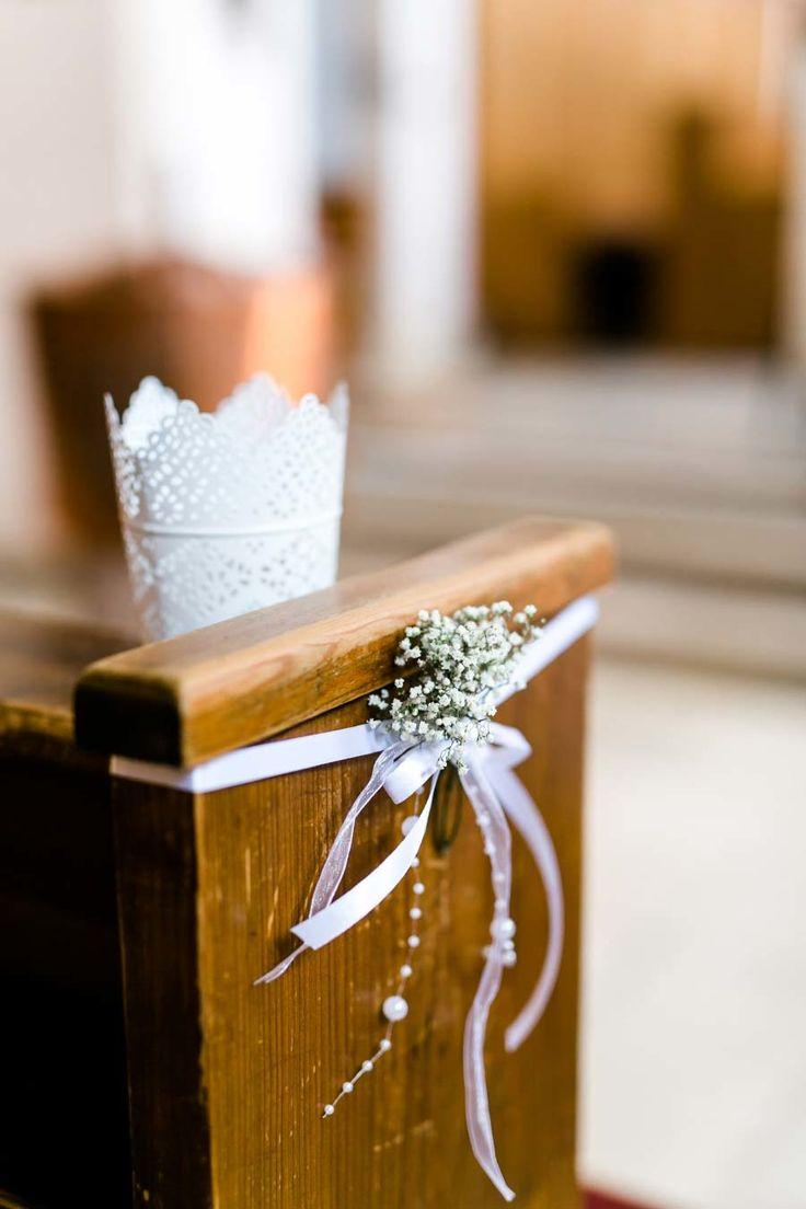 Schlichte Dekoration in der Kirche an den Kirchenbänken mit Schleierkraut für …