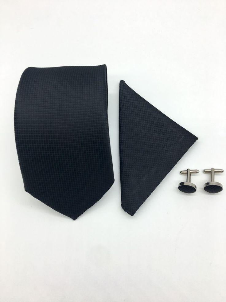 Daca urmeaza sa te casatoresti, dar nu poti sa te desparti de accesoriile clasice, atunci alege un set negru format din cravata, batista si butoni camasa pentru propria nunta.   Un astfel de set este ideal pentru mirii maturi si rafinati, care stiu sa iasa in...