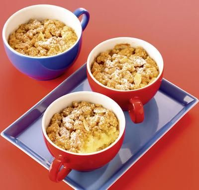 Ein warmes Dessert aus der Tasse mit Äpfeln und Streuseln