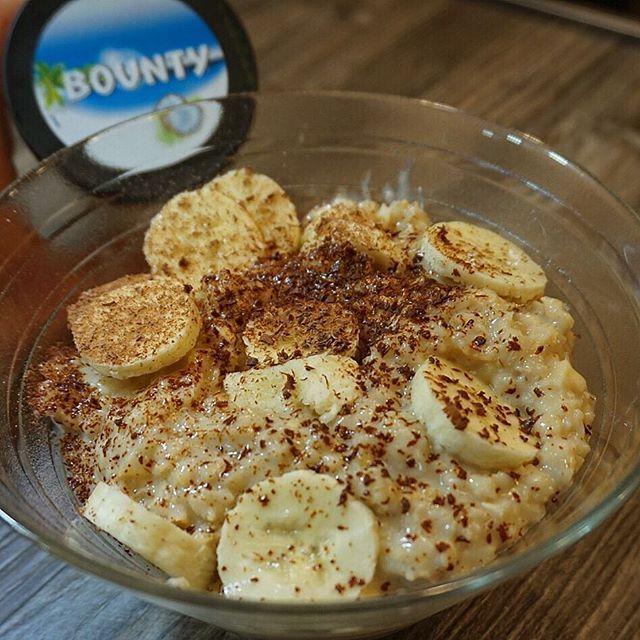 WEBSTA @ schmale_schulter - Guten Morgen! 🙂✌🏼️Manchmal muss Frühstück einfach sein. Deshalb wurde das #Porrdige mal wieder auf's nächste Level gebracht. 😄Haferflocken, Mandelmilch, Zimtschnecken Whey, Bountyaufstrich (hab ich aus England), Banane und etwas geriebene Proteinschokolade. #läuftbeimir #iifym #bounty #cinnamonbuns
