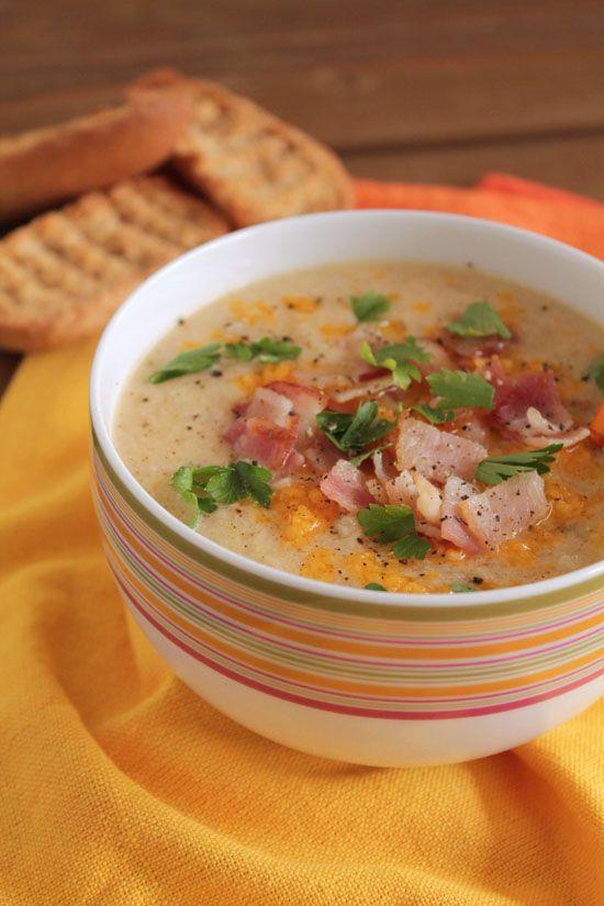 Κρεμώδης σούπα με κουνουπίδι, μπέικον και τσένταρ