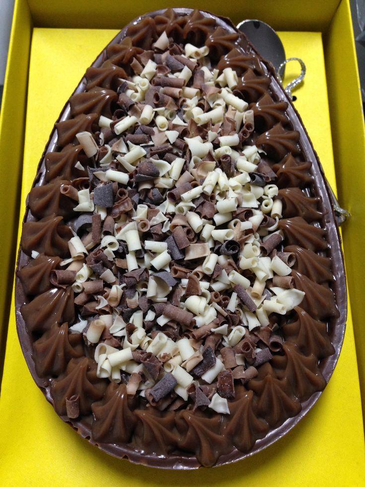 Ovo de Páscoa de colher - recheio de Brigadeiro Gourmet ao Leite coberto com blossons Callebaut misto.