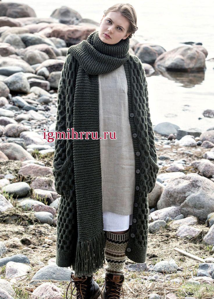 Теплое темно-зеленое пальто с карманами и длинный шарф с бахромой. Вязание спицами