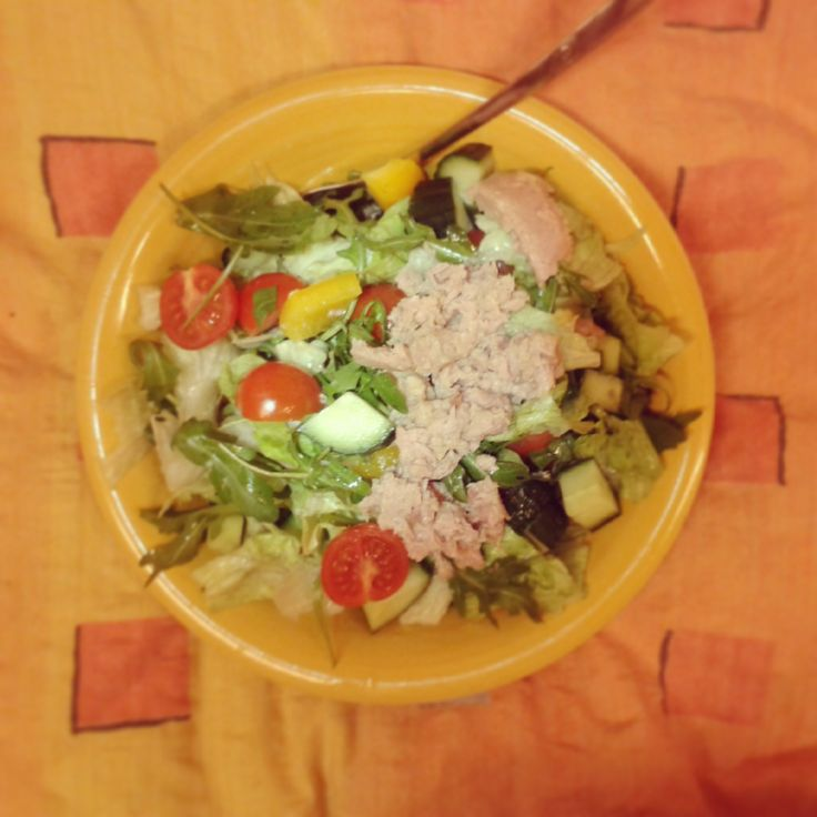 Večeře: salát z rukoly, rajčat, okurky, papriky, ledového salátu a tuňáka.