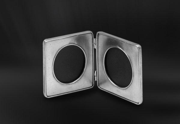 Pewter Folding Photo Frame - Width: 22 cm (8,7″) - Height: 11 cm (4,3″) - #pewter #folding #picture #photo #frame #peltro #cornice #fotografia #portafoto #libro #zinn #bilderrahmen #fotorahmen #rahmen #klappbilderrahmen #klapp #étain #etain #peltre #tinn #олово #оловянный #gifts #giftware #home #housewares #homewares #decor #design #bottega #peltro #GT #italian #handmade #made #italy #artisans #craftsmanship #craftsman #primitive #vintage #antique