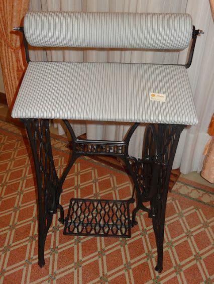 Original mundillo de rulo, cuyo soporte es un antiguo pie de máquina de coser Singer