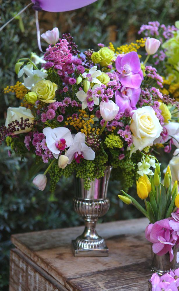 Tudo girou em torno do tema passarinhos, presentes em toda a extensão da grande mesa de doces em candy colors montada no jardim.  Ali, sobre delicadas peças em prata da Ella Arts, os queridos Marcio Leme, Dani e Carlinha, da Milplantas, prepararam os mais doces e delicados arranjos repletos de tulipas, acácias mimosas, hortênsias, hyacinthus, orquídeas, rosas e flores do campo, tudo nos tons escolhidos, criando uma espécie de jardim encantado.
