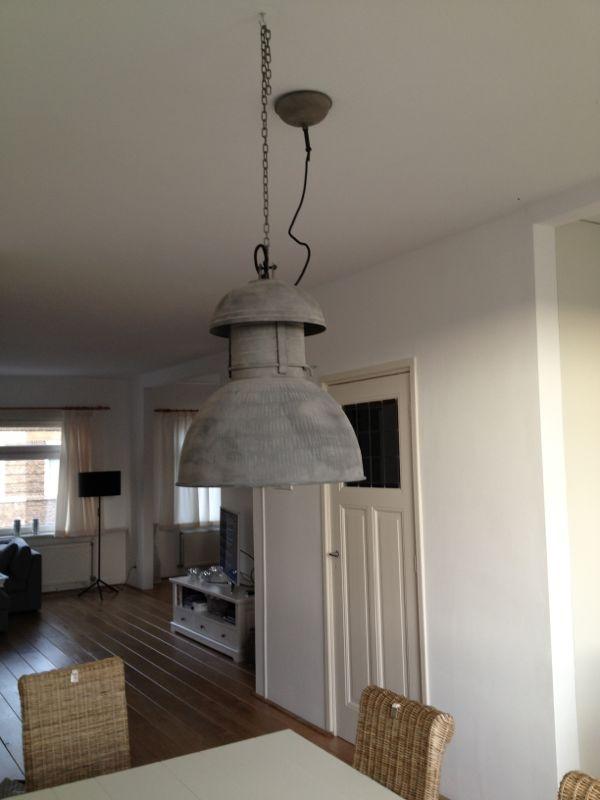 De stoere zinken industriële lamp van HKliving, hier boven een eettafel bij de klant thuis, die wil je toch gelijk hebben!!  http://www.detafelvan10.nl/industriele-lamp-rustiek-hk-living-p-153.html