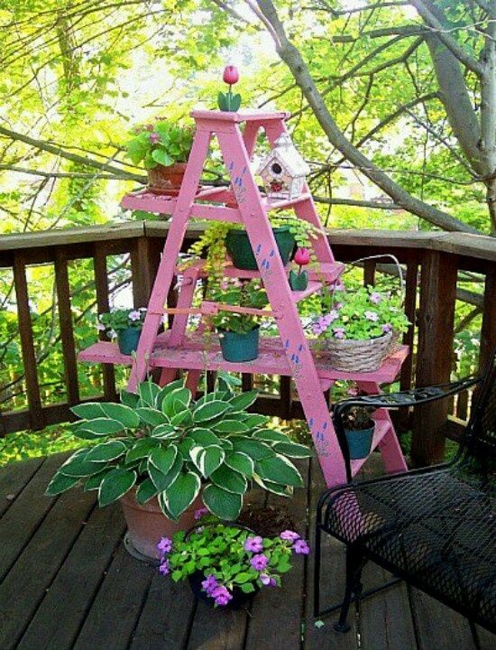 Blumenleiter selber bauen terrasse rosa dekoriert