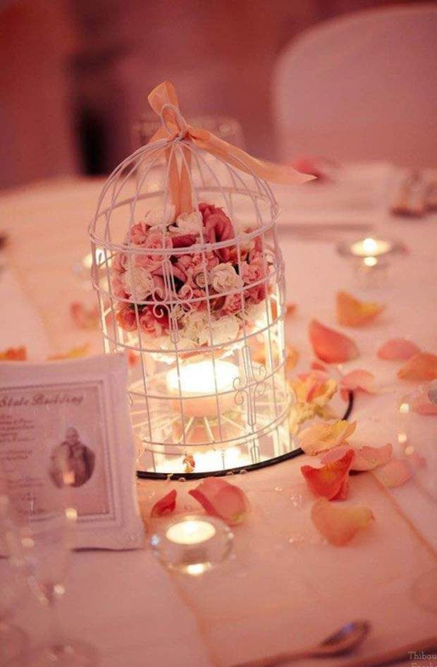 Coeur en cageUne mini-cage   quelques boutons de fleurs   une bougie chauffe-plat = un centre de table romantique.
