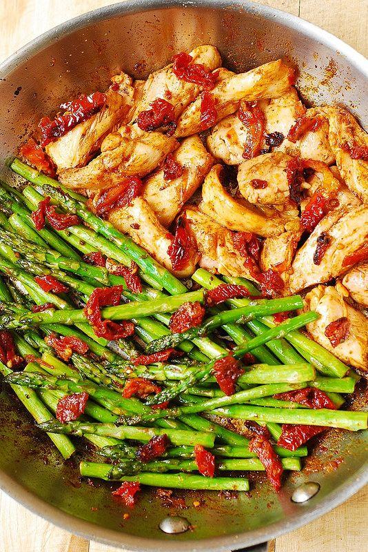 Básicamente lo que necesitas es limón, paprika, pollo, espárragos, nueces y tomates secos. Esta receta tiene mucho del sabor mediterráneo, de bajo presupuesto y muy fácil de hacer. Puedes utilizar pechuga de pollo fileteada o cortada en tiras medianas. Tiempo aproximado es de 30 minutos desde el principio hasta el final. Asegúrate siempre cocinar ...