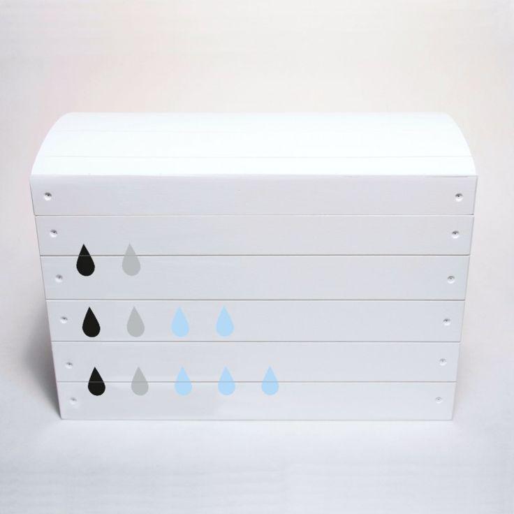Skrzynia wykonana z drewna i pomalowana na biało. Ozdobiona kropelkami deszczu. Pomieści zabawki, klocki i inne skarby malucha. Przechowywanie w pokoju dziecka.